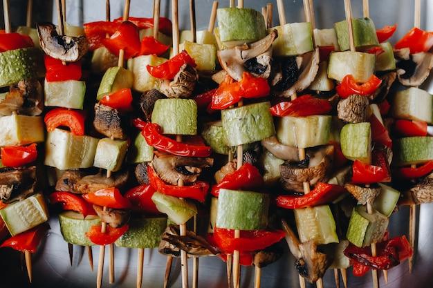 Grillowane warzywa na drewnianych szaszłykach. żywnościowy. widok z góry