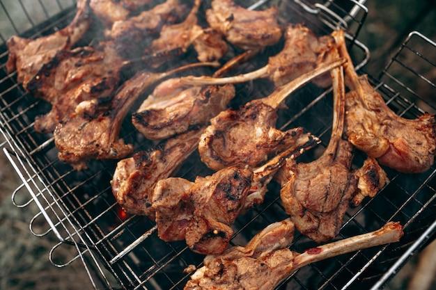 Grillowanie Jagnięciny Na Grillu Barbecue Premium Zdjęcia