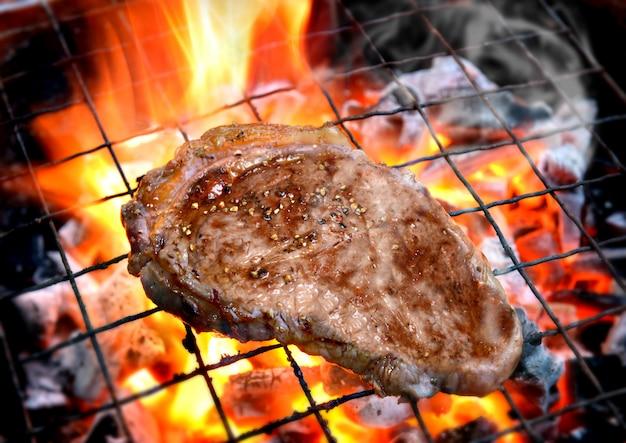 Grillowanie steków pieprzowych na płonącym ogniu