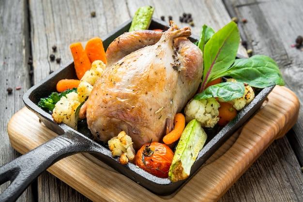 Grillowany bażant z boczkiem i przyprawami i warzywami