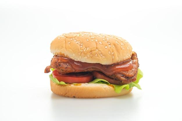 Grillowany burger z kurczaka z sosem na białej powierzchni