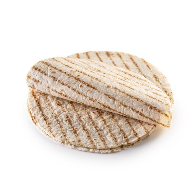 Grillowany chleb zwykły tortilla na na białym tle.