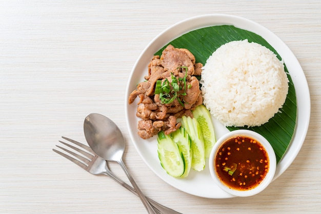 Grillowany czosnek wieprzowy z ryżem w ostrym sosie w stylu azjatyckim