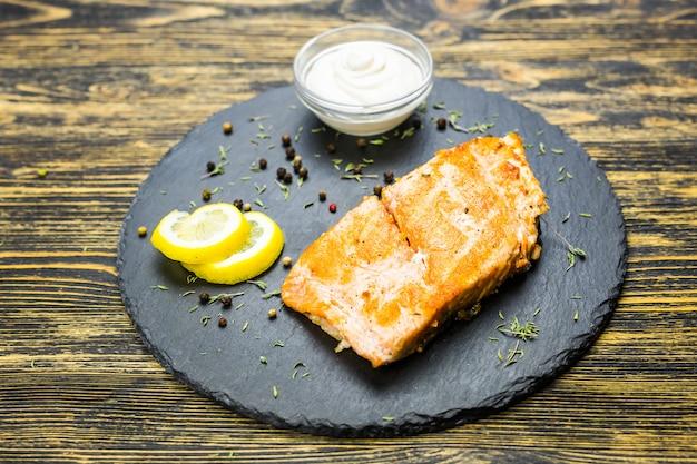 Grillowany filet rybny z cytryną i sosem