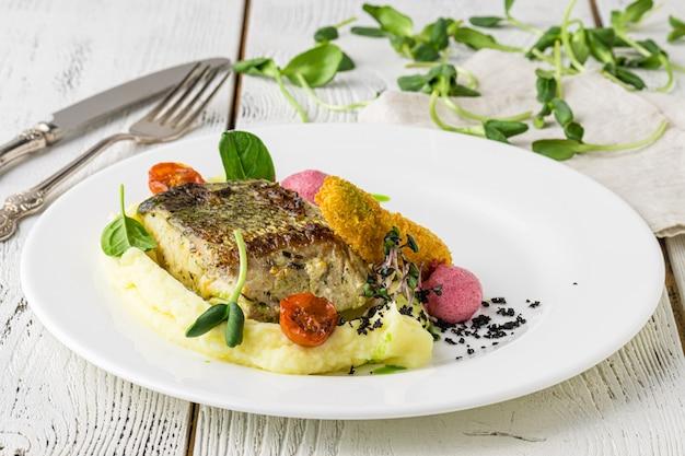 Grillowany filet rybny z grillowanymi warzywami