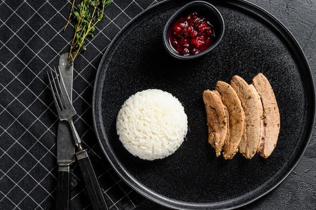 Grillowany filet z indyka z jasną apetyczną skórką pieczoną. udekoruj gotowanym ryżem. widok z góry