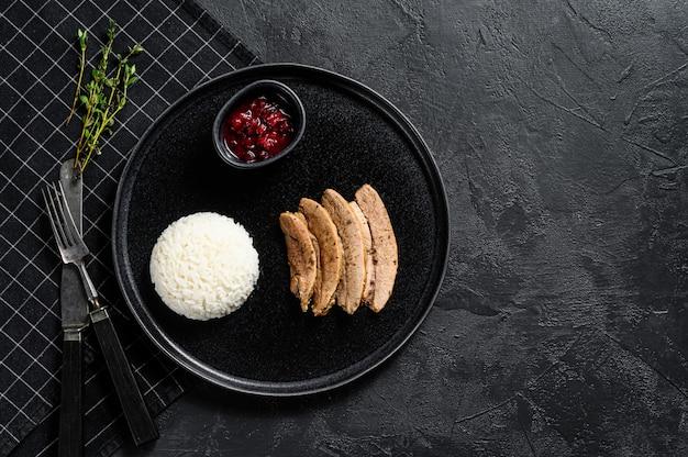 Grillowany filet z indyka z jasną apetyczną skórką pieczoną. udekoruj gotowanym ryżem. widok z góry.