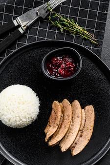 Grillowany filet z indyka z jasną apetyczną skórką pieczoną. udekoruj gotowanym ryżem.