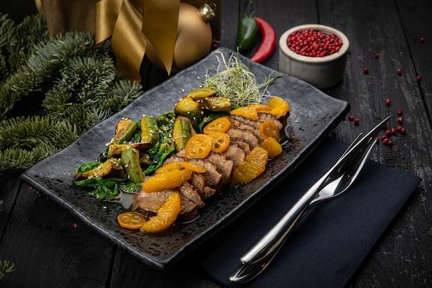 Grillowany filet z kaczki z zieloną sałatą, awokado i pieczonym kumkwatem. aż do nowego roku i świąt