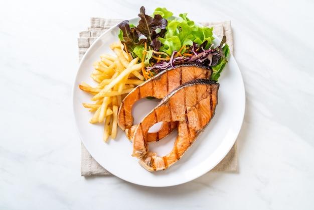 Grillowany filet z łososia z frytkami