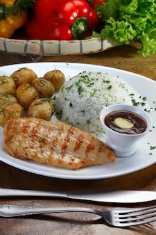 Grillowany filet z piersi kurczaka z ziemniakami i ryżem oraz sosem bbq