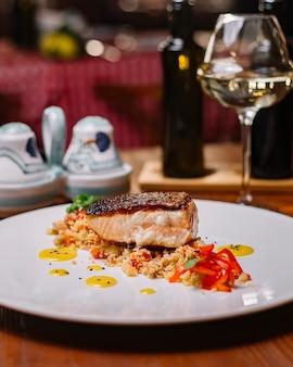 Grillowany filet z ryby podawany na sałatce z kuskusem z papryką