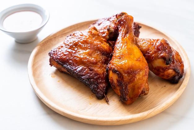 Grillowany i grillowany kurczak na stole