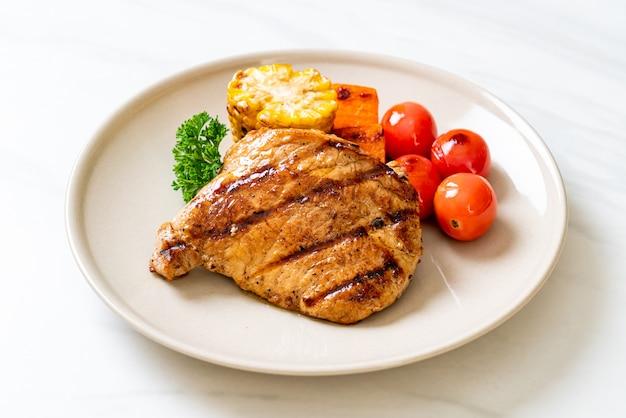 Grillowany i grillowany stek wieprzowy z warzywami