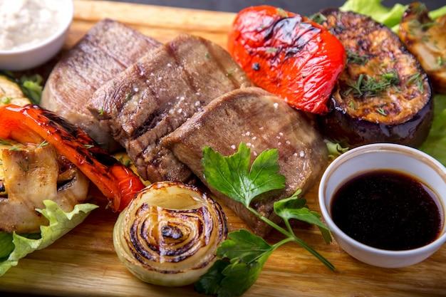 Grillowany język wołowy z grillowanymi warzywami.
