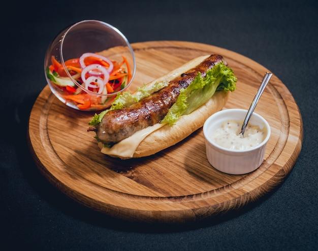 Grillowany kebab z kurczaka z świeżą bułką i serem.