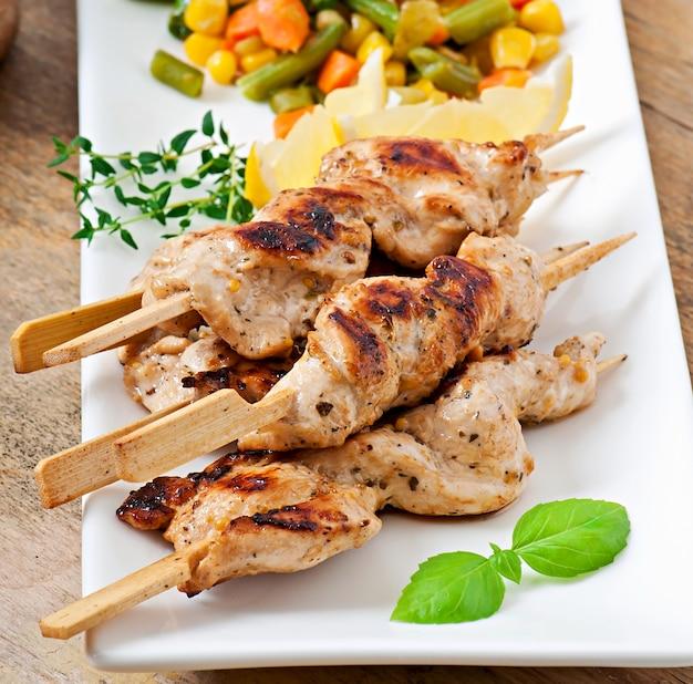 Grillowany kurczak na bambusowych szaszłykach