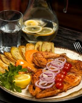 Grillowany kurczak podawany z bakłażanem, cytryną, natką pietruszki i