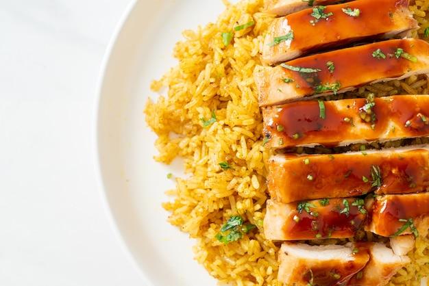 Grillowany kurczak słodko-chili z ryżem curry na talerzu