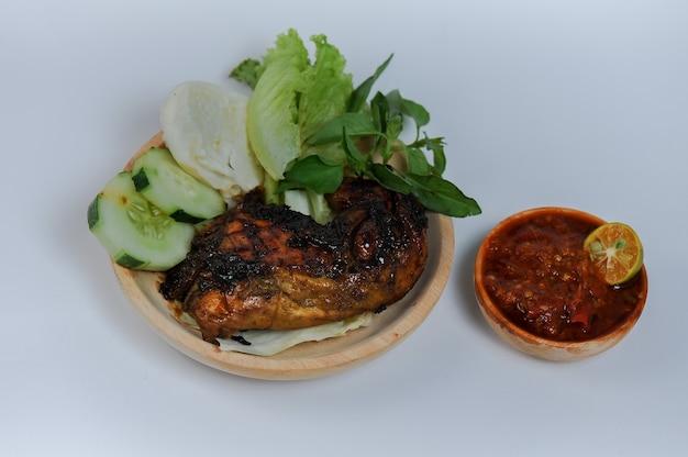 Grillowany kurczak to morskie danie południowoazjatyckie, zwłaszcza indonezyjskie z kurczaka grillowanego na grillu