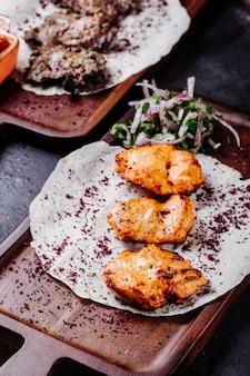 Grillowany kurczak w lichim chlebie z dodatkiem ziół i przypraw