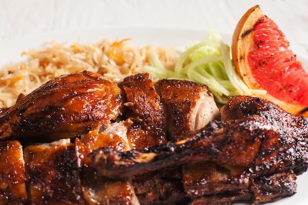 Grillowany kurczak z bliska świeżych warzyw