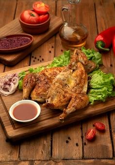 Grillowany kurczak z cebulą i keczupem