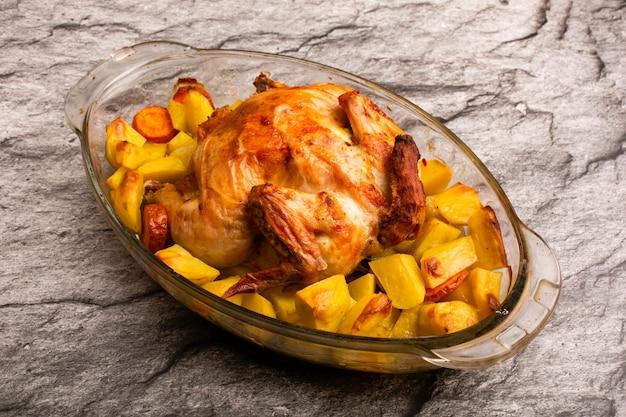 Grillowany kurczak z pieczonym ziemniakiem na stole