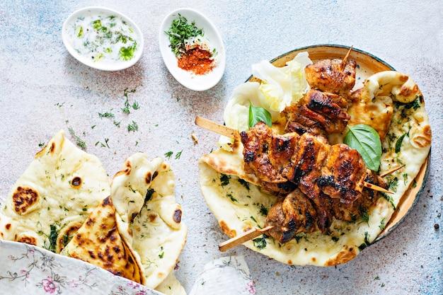 Grillowany kurczak z przyprawami i sosem tzatziki