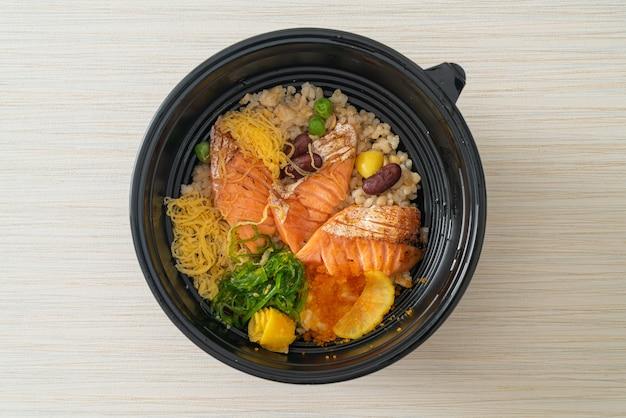 Grillowany łosoś z brązowym ryżem donburi - po japońsku