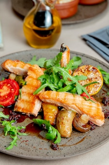 Grillowany łosoś z grzybami pomidorów rukoli i cytryną