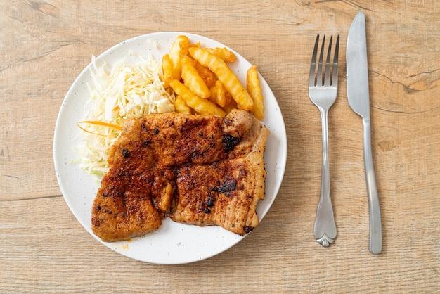 Grillowany pikantny stek wieprzowy kurobuta z frytkami