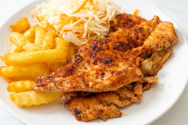 Grillowany pikantny stek z kurczaka barbecue z frytkami