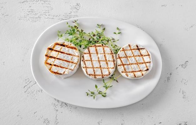 Grillowany ser camembert ze świeżym tymiankiem