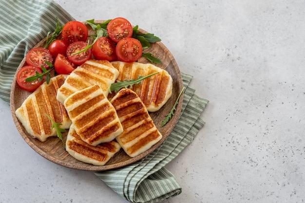Grillowany ser halloumi i sałatka ze świeżych pomidorów.