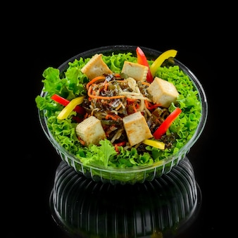Grillowany ser halloumi, pomidory i sałata. zdrowe jedzenie