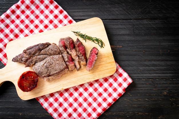 Grillowany średnio krwisty stek wołowy