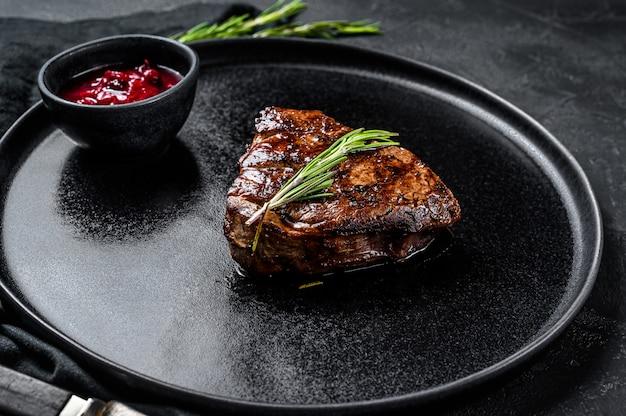 Grillowany stek mignon z fileta. polędwica wołowa.