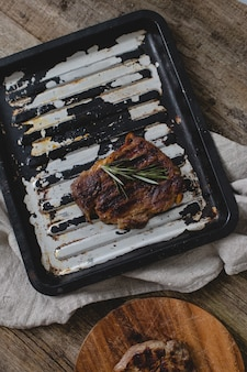 Grillowany stek na patelni