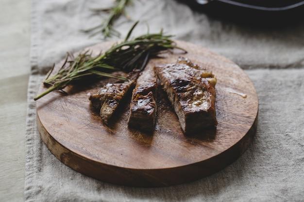 Grillowany stek na stole