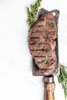 Grillowany stek nad nożem rzeźnika. baner, miejsce przepis menu na tekst, widok z góry.
