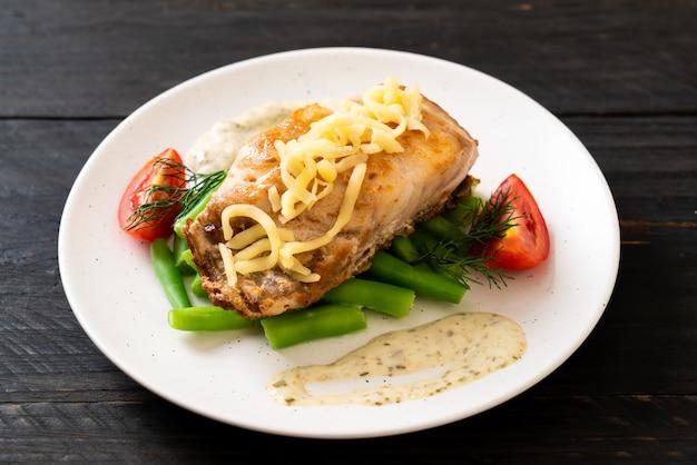 Grillowany stek rybny z lucjanem z vagetable