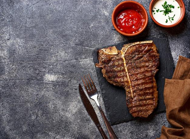 Grillowany stek t-bone w ciemności