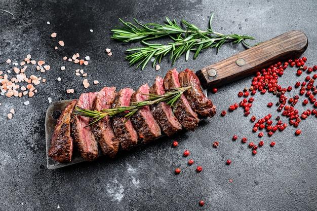 Grillowany stek vegas strip. marmurowa wołowina mięsna.