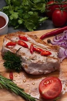 Grillowany stek wieprzowy z czerwoną cebulą, marchewką i sosem pomidorowym