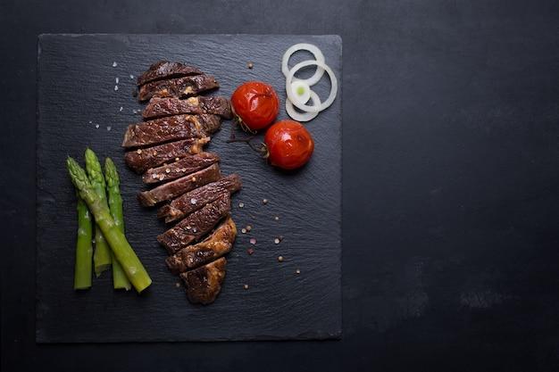Grillowany stek wołowy na czarnym tle
