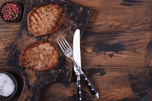 Grillowany stek wołowy na drewnianym stole