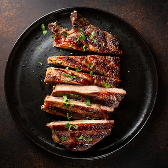 Grillowany stek wołowy podany na talerzu