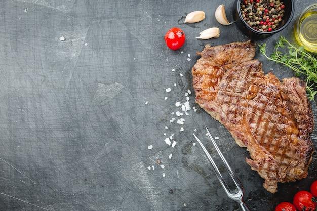 Grillowany stek wołowy ribeye z ziołami i przyprawami