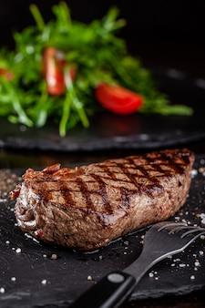 Grillowany stek wołowy z grillem